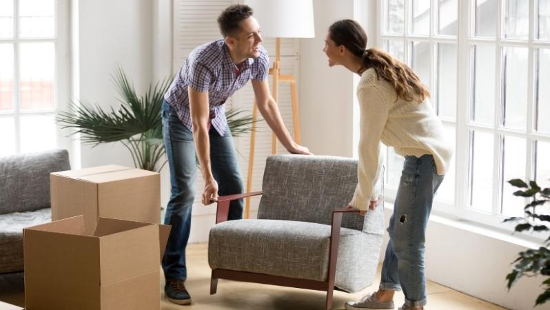 Ein Pärchen, dass Ihre Immobilie für den Verkauf vorbereitet und Gegenstände aus den Wohnräumen entfernt